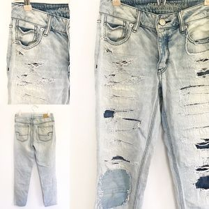 American Eagle - Distress Light Wash Tomgirl Jeans